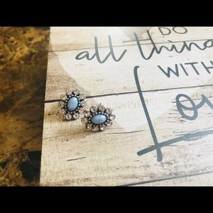Jewelry - Small gorgeous stud earrings